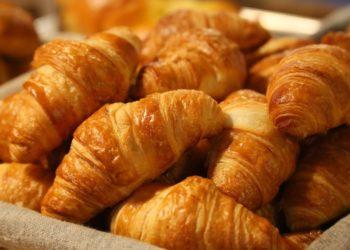 Masa para hacer croissant casero con hojaldre y mantequilla