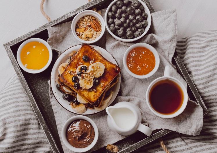 Desayunos en la cama con bandejas para sorprender en un cumpleaños o día especial