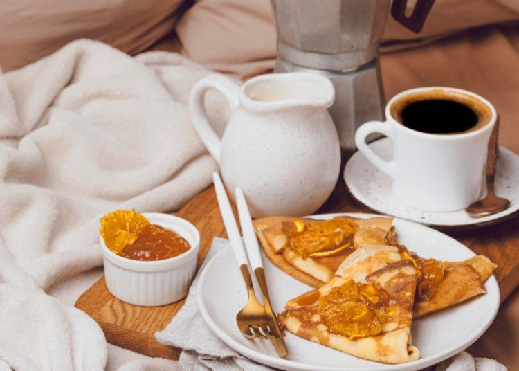 Crepes con mermelada y café