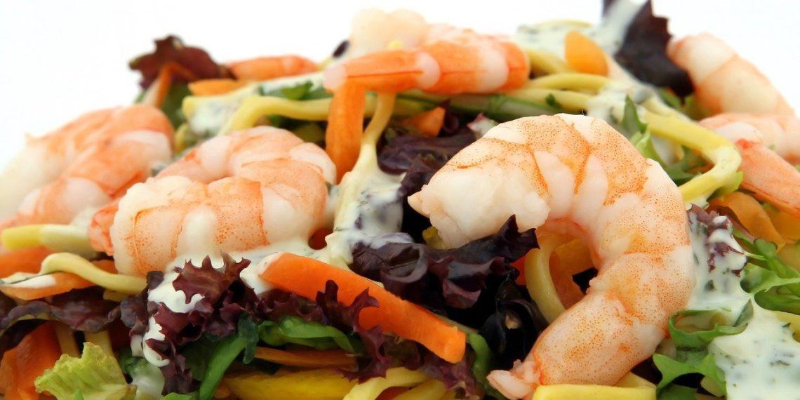 Ensalada de camarones para la dieta: también puedes combinarla con garbanzos y espinacas