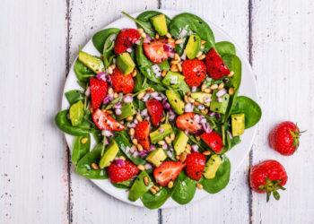 Ensalada de espinacas con fresas y aguacate: una receta agridulce