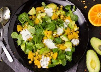 2 formas distintas de hacer una ensalada de mango: colócale manzana, aguacate y espinacas
