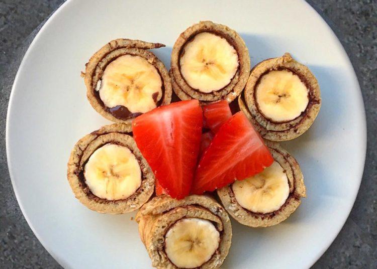 Rollitos de plátano con fresas