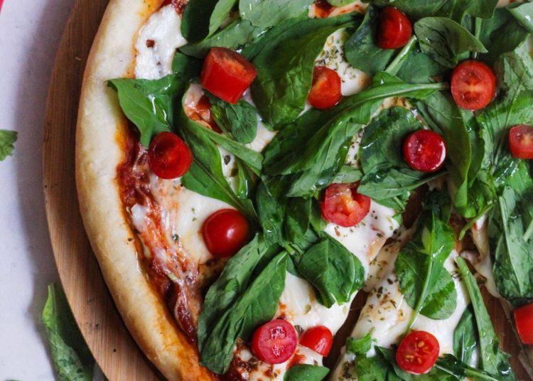 Pizza con rúcula y tomates cherry