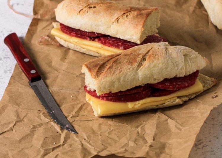 Baguette con salami y queso amarillo