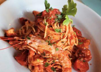 Cómo preparar pasta con camarones en salsa roja