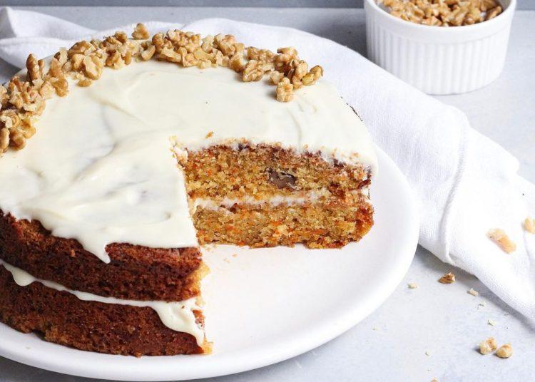 Torta con frosting y nueces