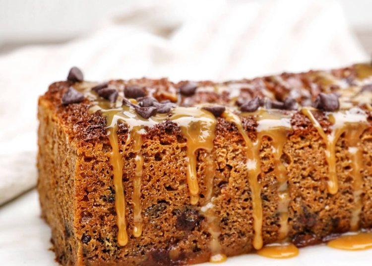 Torta cubierta con chispas de chocolate y dulce de leche