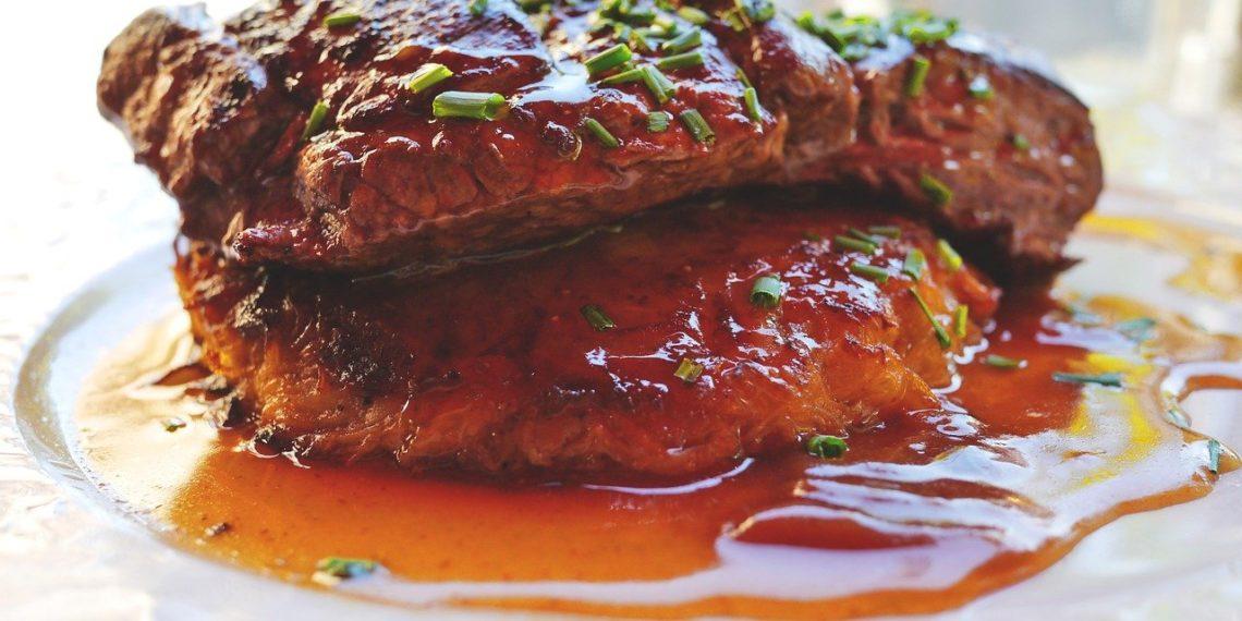 Ingredientes de la salsa chimichurri con cilantro para churrasco o asado