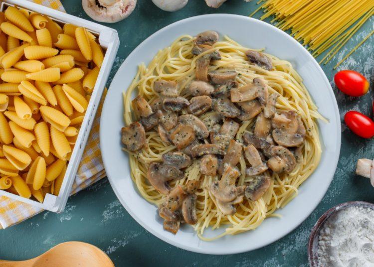 Espaguetis con setas en crema