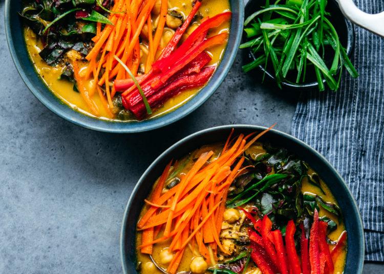 Caldo con espaguetis, pimientos y zanahoria