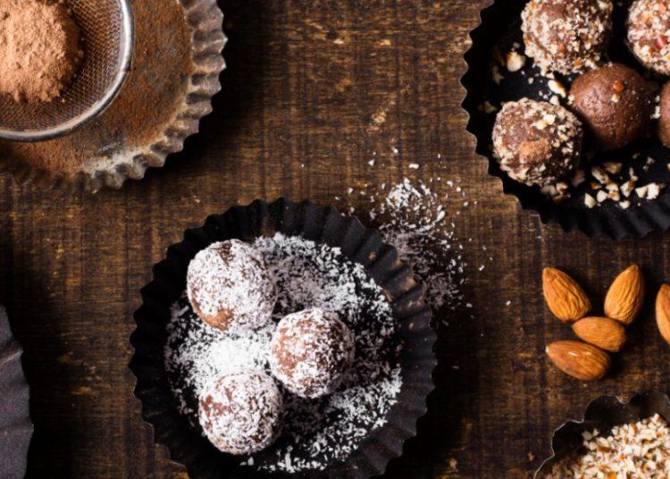 Receta casera de trufas de avena con coco, chocolate y dulce de leche