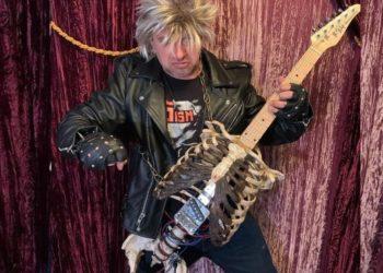 Músico construye una guitarra con el esqueleto