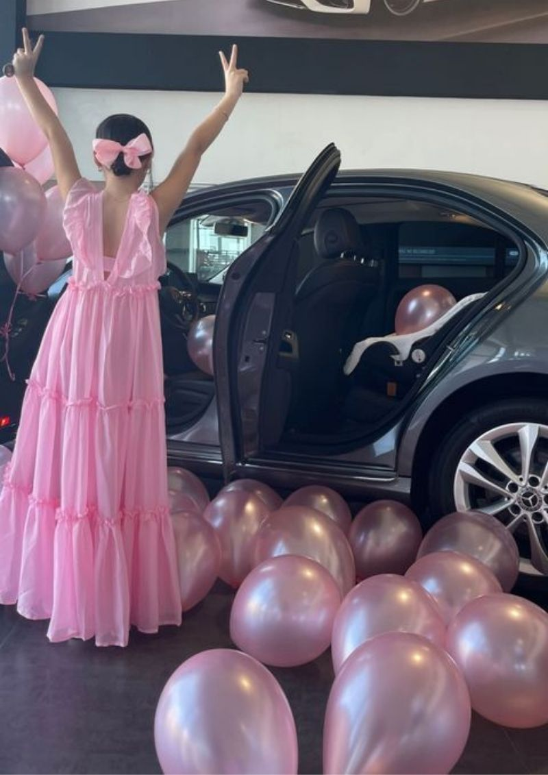 Andrea Valdiri le regaló un Mercedes Benz a su hija