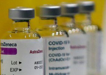 Vacuna de AstraZeneca es menos efectiva frente a variante sudafricana