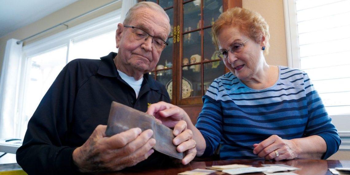 marino Paul Grisham recupera su billetera perdida en la Antártida