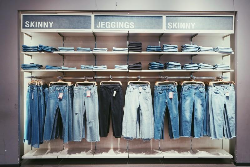 ¿Aburrida del mismo look? Aprende a combinar los jeans según su color