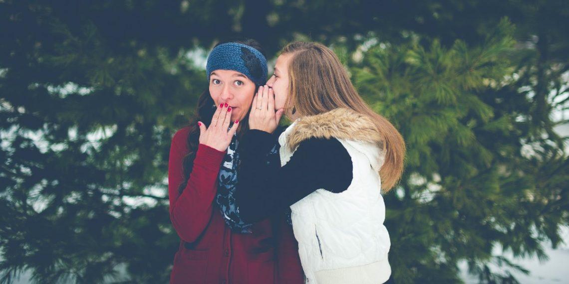 El chisme ayuda a la cohesión social y la salud mental, según estudios