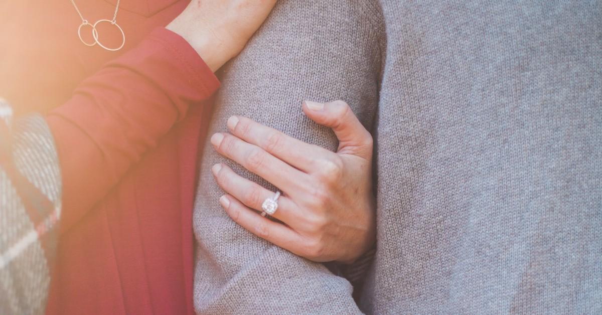Hombre le pidió matrimonio a su novia con ayuda de un curioso robot
