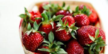 Lúcelas con orgullo: mascarilla de fresas para tener canas platinadas