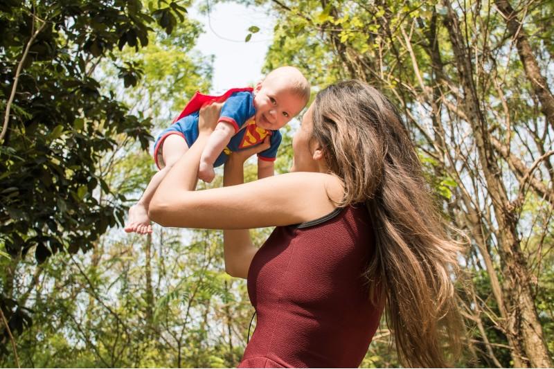 """No es """"malcriarlos"""": los bebés necesitan estar en brazos tanto como comer, indican estudios"""
