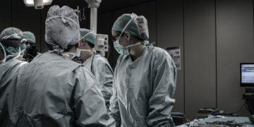 Padres se despiden de su bebé antes de entrar al quirófano para donar sus órganos