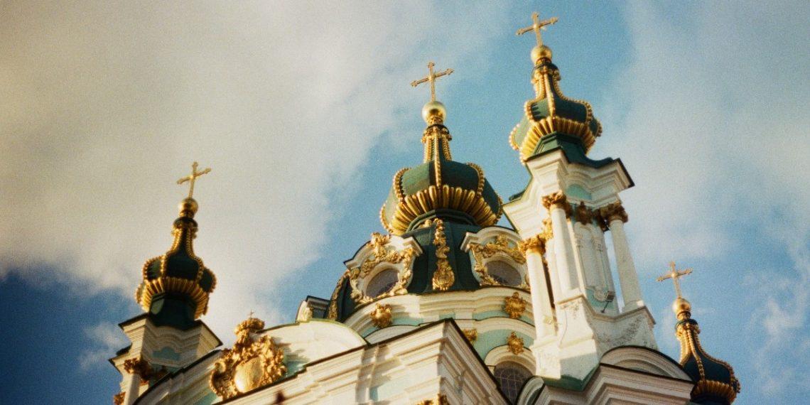 Polémica en Rumania: bebé murió tras bautizo en iglesia ortodoxa