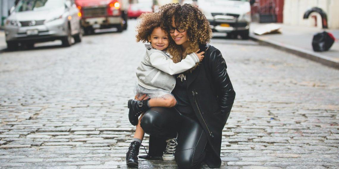 ¿Por qué es importante que enseñes a tu hija a amar su cabello natural?