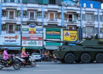 ¿Súper motivada? Mujer se hace viral al ejercitarse durante golpe de Estado en Myanmar