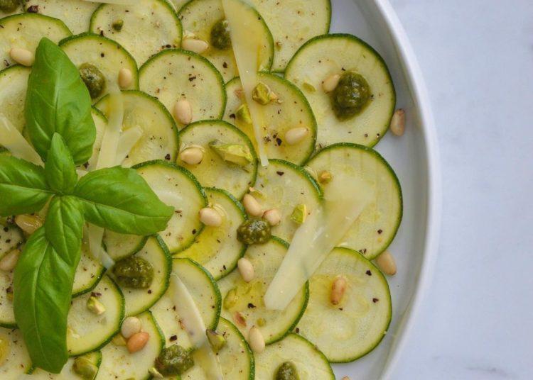 Zucchini con aceite de oliva, pistacho, y queso parmesano