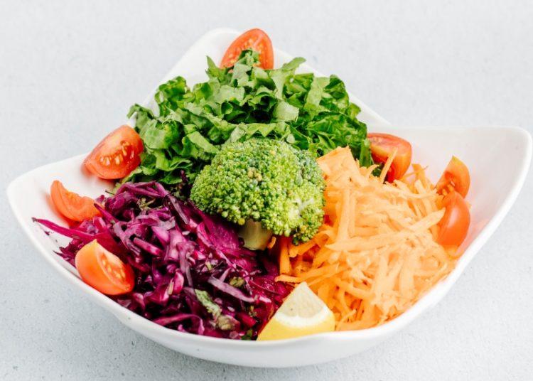 Bowl saludable con zanahoria y diferentes ingredientes