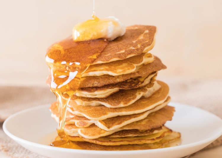 Pancakes saludables con queso y miel