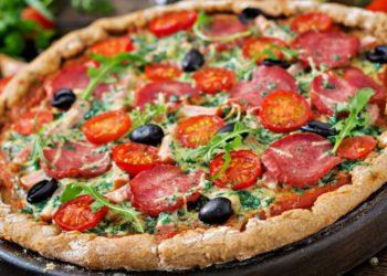 Receta de pizza vegetariana casera con harina integral e ingredientes accesibles