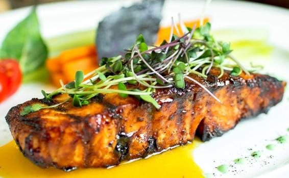 Salmón al horno en salsa