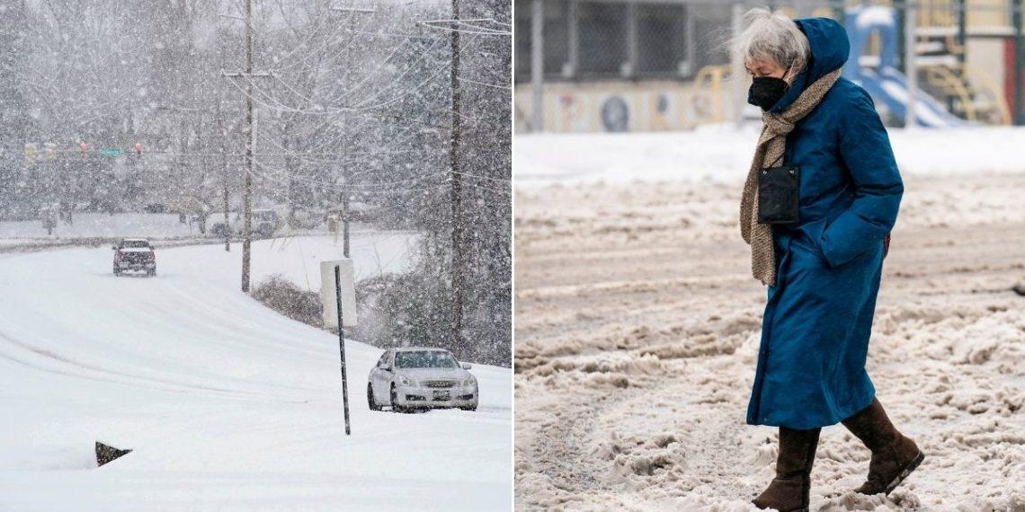 abuela camina bajo la nieve para recibir la vacuna del COVID-19