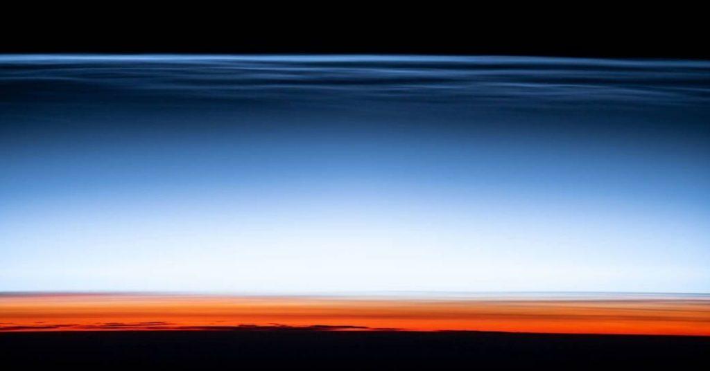 nubes noctilucentes de la tierra desde el espacio