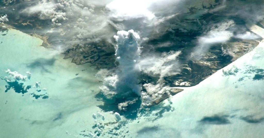 formación de nubes verticales captado desde el espacio
