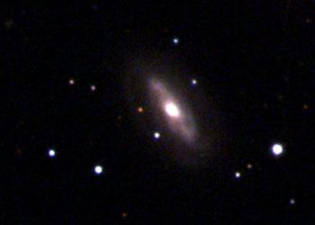 agujero negro super masivo que se mueve en el espacio