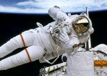 corazón de astronauta en el espacio