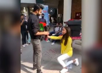 una joven le propone matrimonio a su novio
