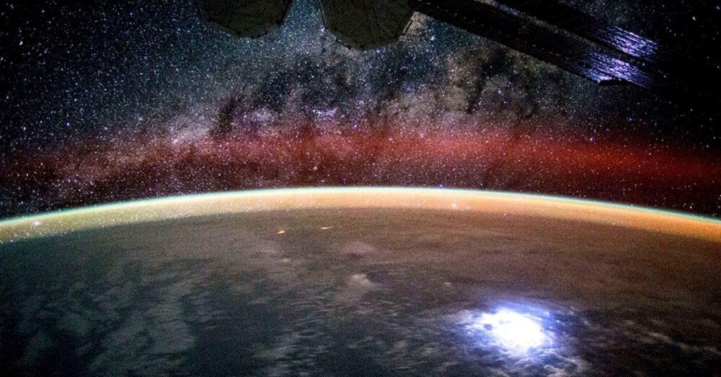 La tierra y la Vía Láctea captado desde la estación espacial