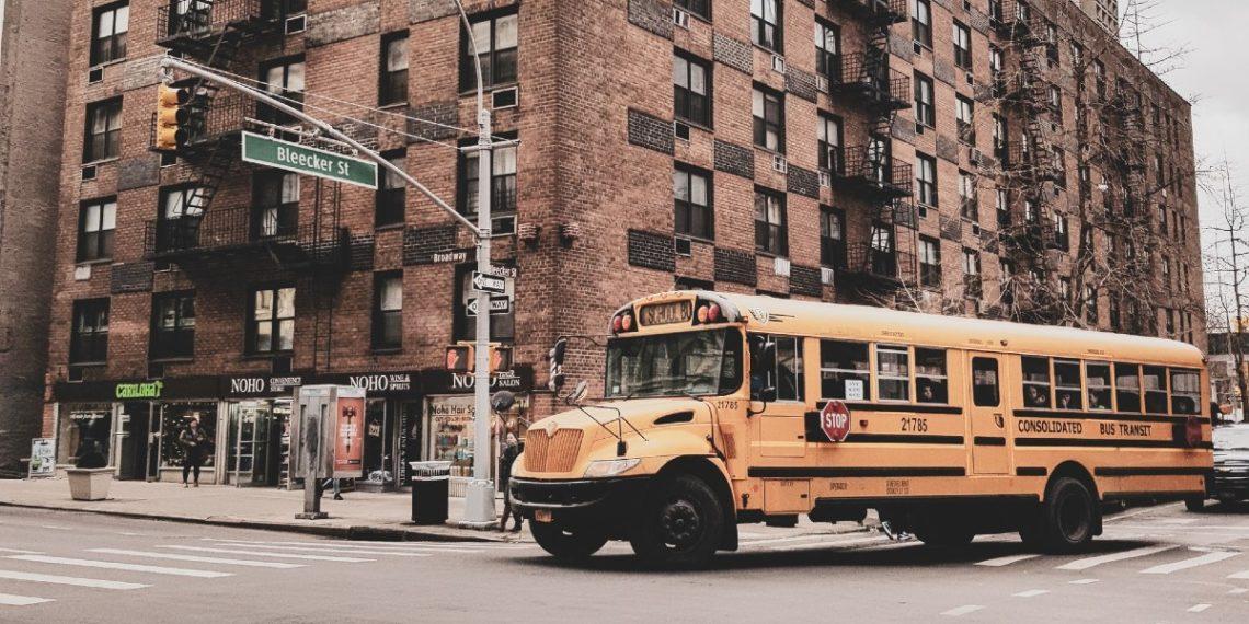 Escuela pide a niños no decir padres, mamá y papá en guía de lenguaje inclusivo
