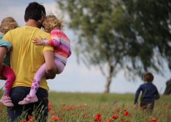 Hombres que se quedan en casa para cuidar a sus hijos son una tendencia en alza