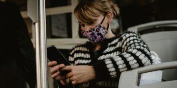 La forma en que tomas el teléfono podría contribuir con el desarrollo de papada, según estudios
