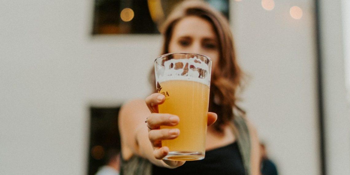 Mascarillas de cerveza sin alcohol contra las arrugas y para un cabello brillante