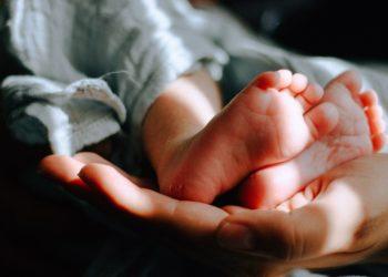 Mujer se casó con el hijo que había adoptado y ahora tienen un bebé juntos