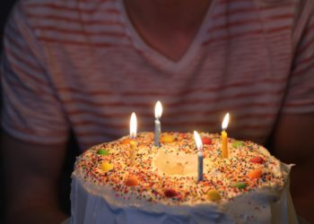 Niño estalló contra su tía por meterle la cara en el pastel en video de cumpleaños viral