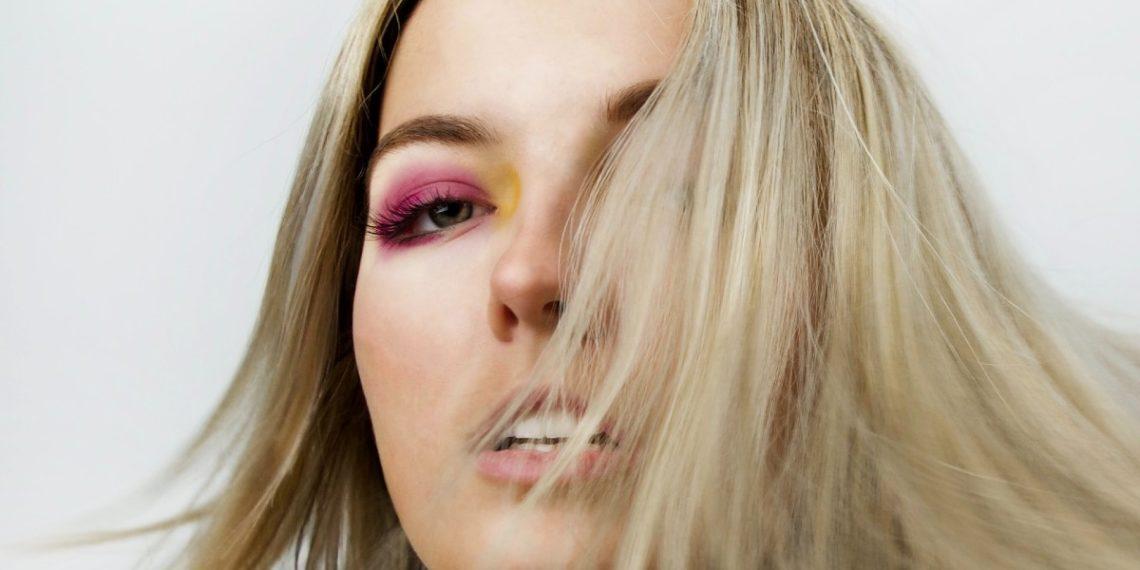 Maquíllate para impresionar: Versace trae de vuelta las sombras color neón