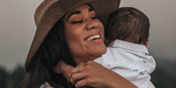 ¿Está bien que las madres den un beso en los labios a sus hijos? Esto dicen los psicólogos
