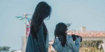 Madre fue atacada en redes por amamantar a su hija hasta los 9 años